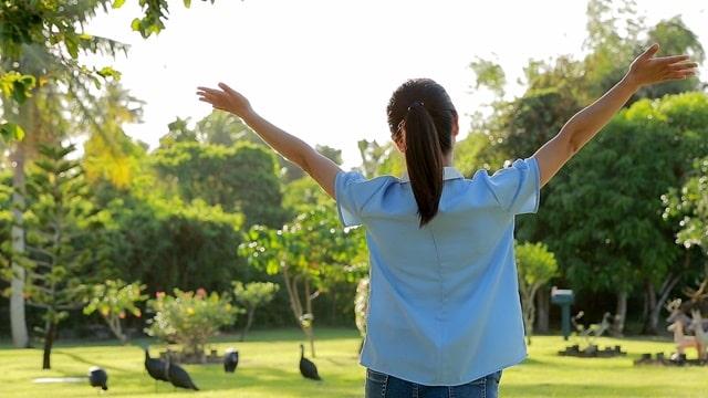 她釋放地展開雙臂擁抱自然