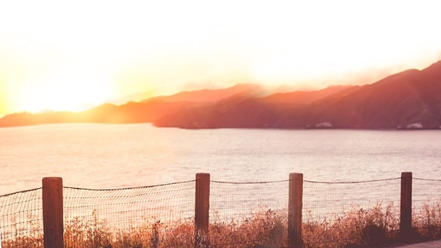 籬笆和海遠處還有山