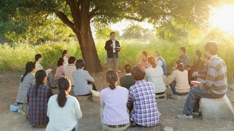 基督徒在大樹下聽傳道人講的道