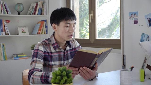 他坐在桌前讀神的話語