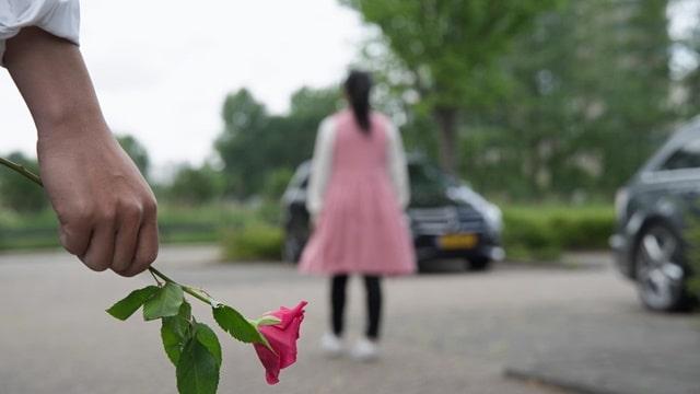 女子拒絕了拿着玫瑰花的男子