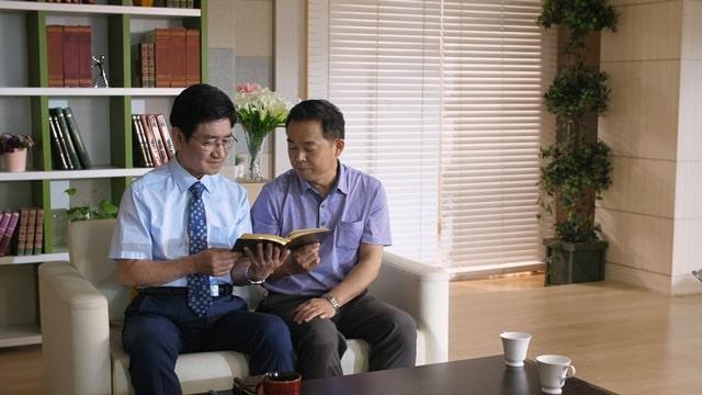 兩個弟兄坐在沙發上一起讀神的話語