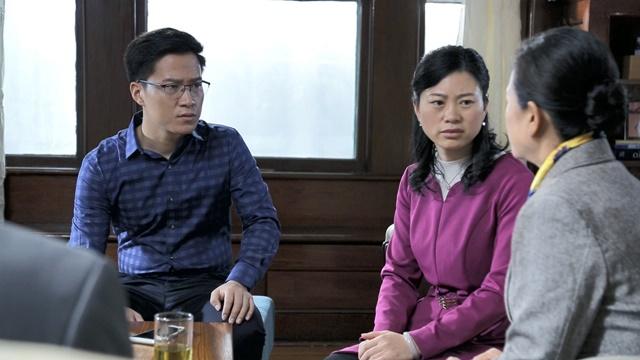 四個人圍坐在一起,一對夫妻都表現出困惑的表情