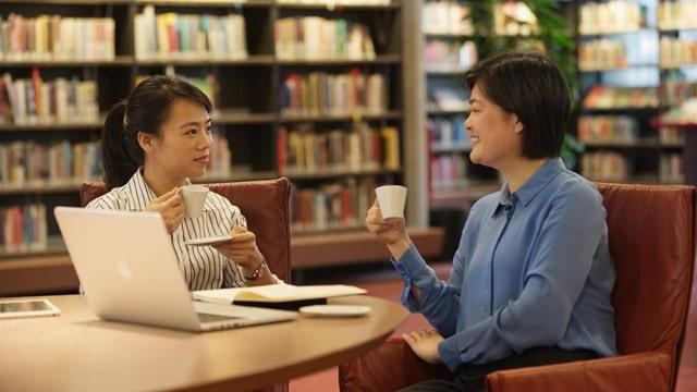 兩個人邊喝咖啡邊聊天