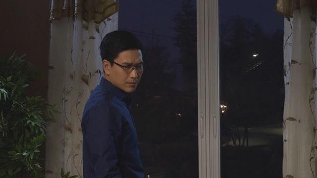 他轉身看到了什麼,在思索着