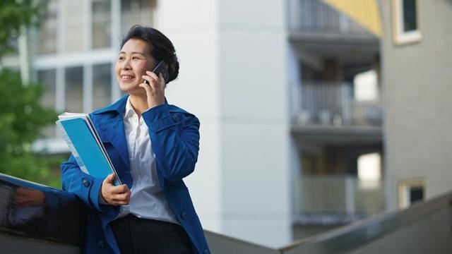 她拿着文件夾,輕鬆釋放地通電話