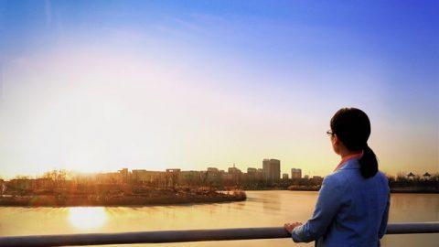 隔着海望着遠處城市