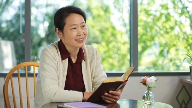 一名女醫生看完神的話語後露出幸福的表情
