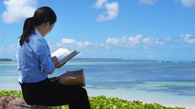在海邊看書,通過讀神的話語她終於明白了生命的意義是什麼