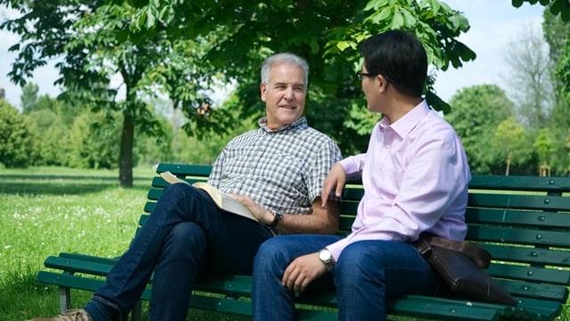 兩個弟兄坐在長椅上探討啟示錄20章中白色大寶座審判的真理