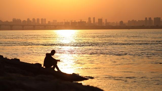 給父親傳福音失敗後他坐在海邊沉思