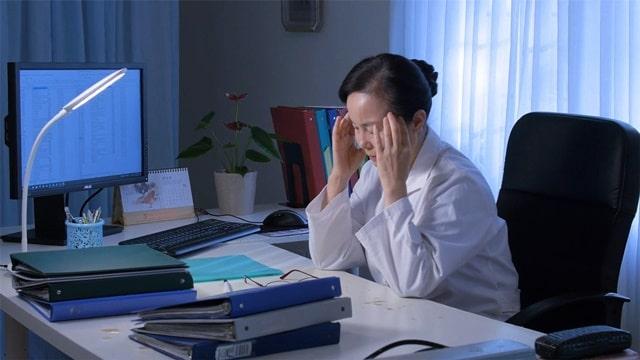 一名醫生在工作室勞累的樣子