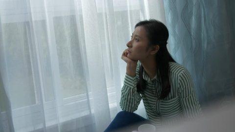 她失眠了怎麼了?怎麼也睡不着坐在窗前沉思