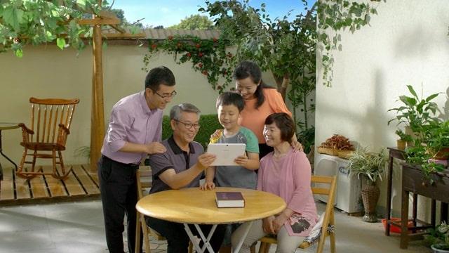 經歷了一個艱難時期,他父親終於願接受兒子傳的福音了