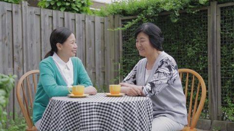 兩個姊妹坐在室外交通「死人復活」的奧祕