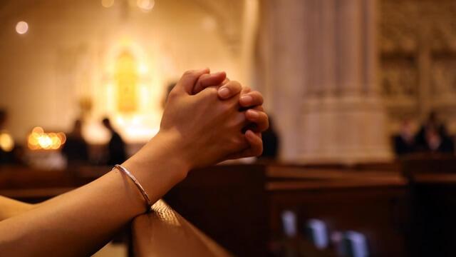 在教堂禱告尋求末日審判的奧祕