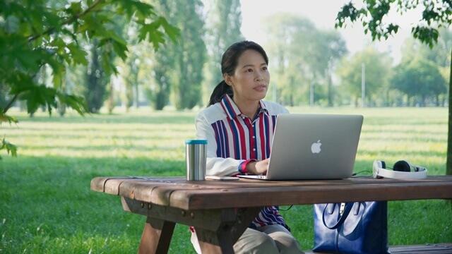 在室外坐在電腦前思考末日審判的真理