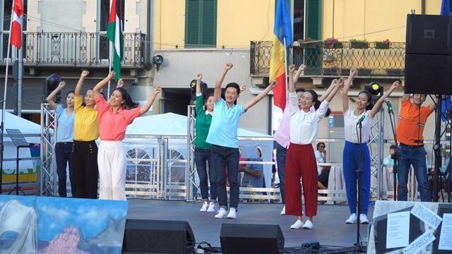 來自全能神教會的中國基督徒表演的舞蹈《讚美國度新生活》
