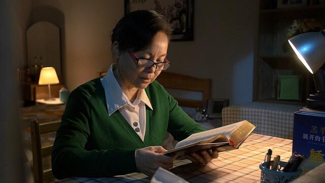 夜晚坐在書桌前讀神的話語