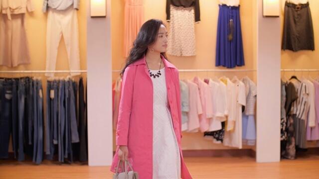正在商厂購物的年輕女性