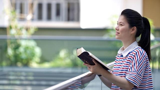 站在室外看神的話語