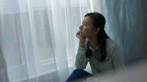 坐在窗前陷入回憶