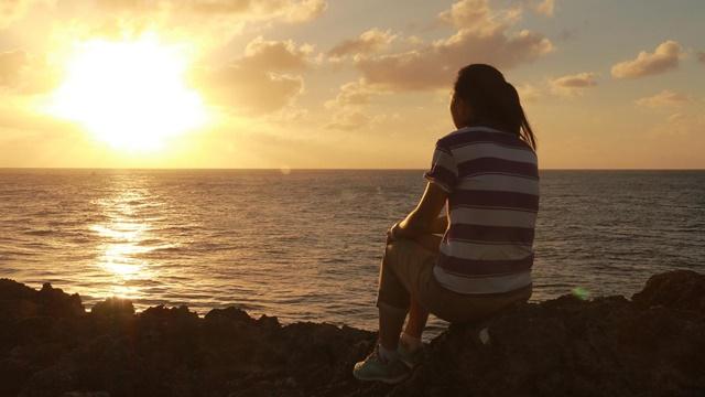 坐在海邊發呆