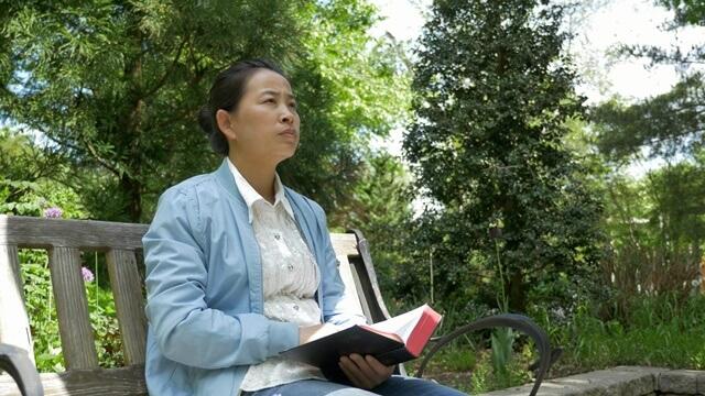 坐在公園讀經揣摩什麼是虛心的人