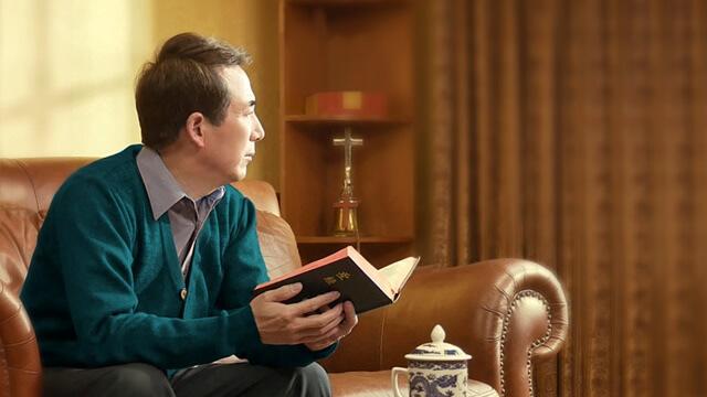 手拿聖經向窗外看思考如果脫罪進天國